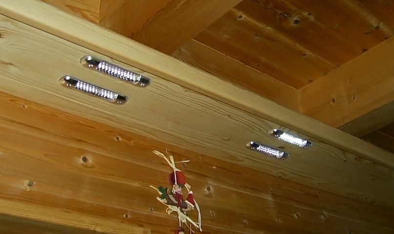 Relativ LED-Leuchten in Brett über der Spüle eingebaut. IQ63