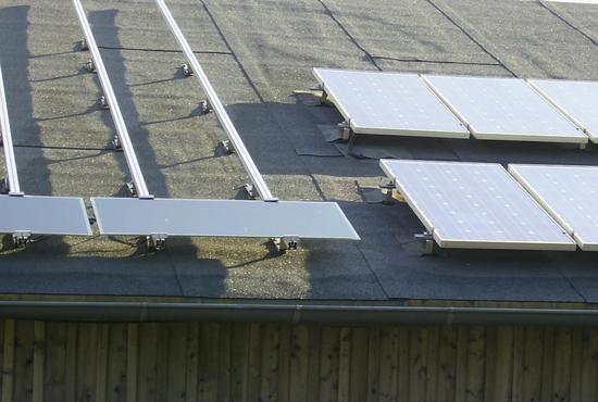 silizium module und d nnschichtmodule auf einem dach. Black Bedroom Furniture Sets. Home Design Ideas