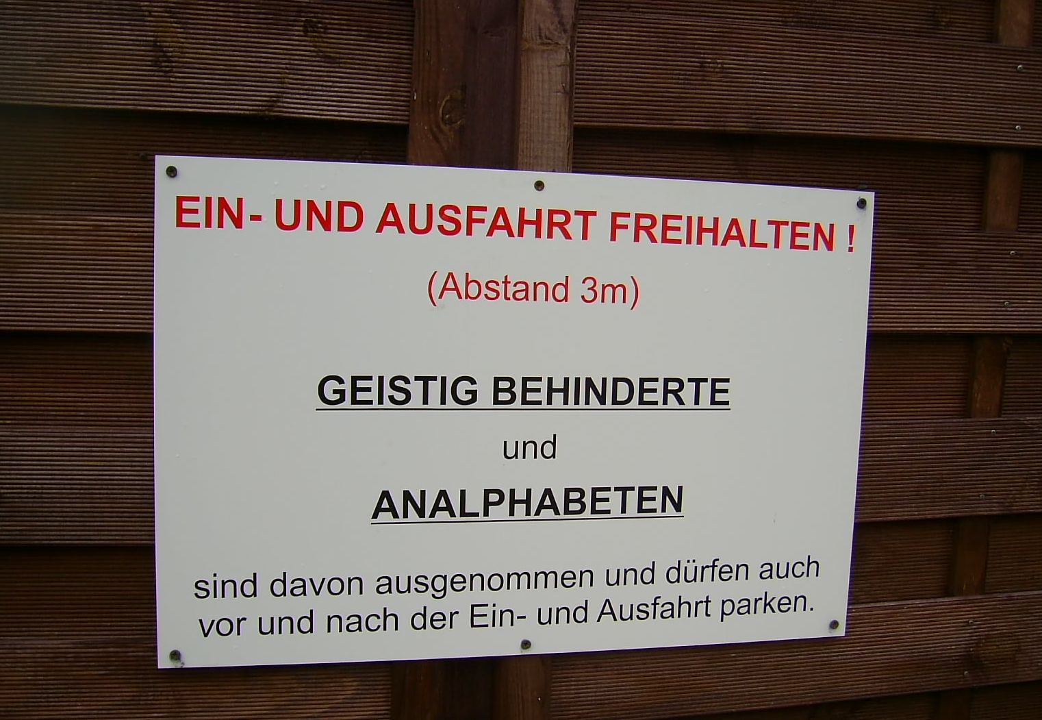 Sichtschutzzaun Welches Holz ~ Flecht Sichtschutzzaun  Tor mit HumorWer einen Sichtschutzzaun in der
