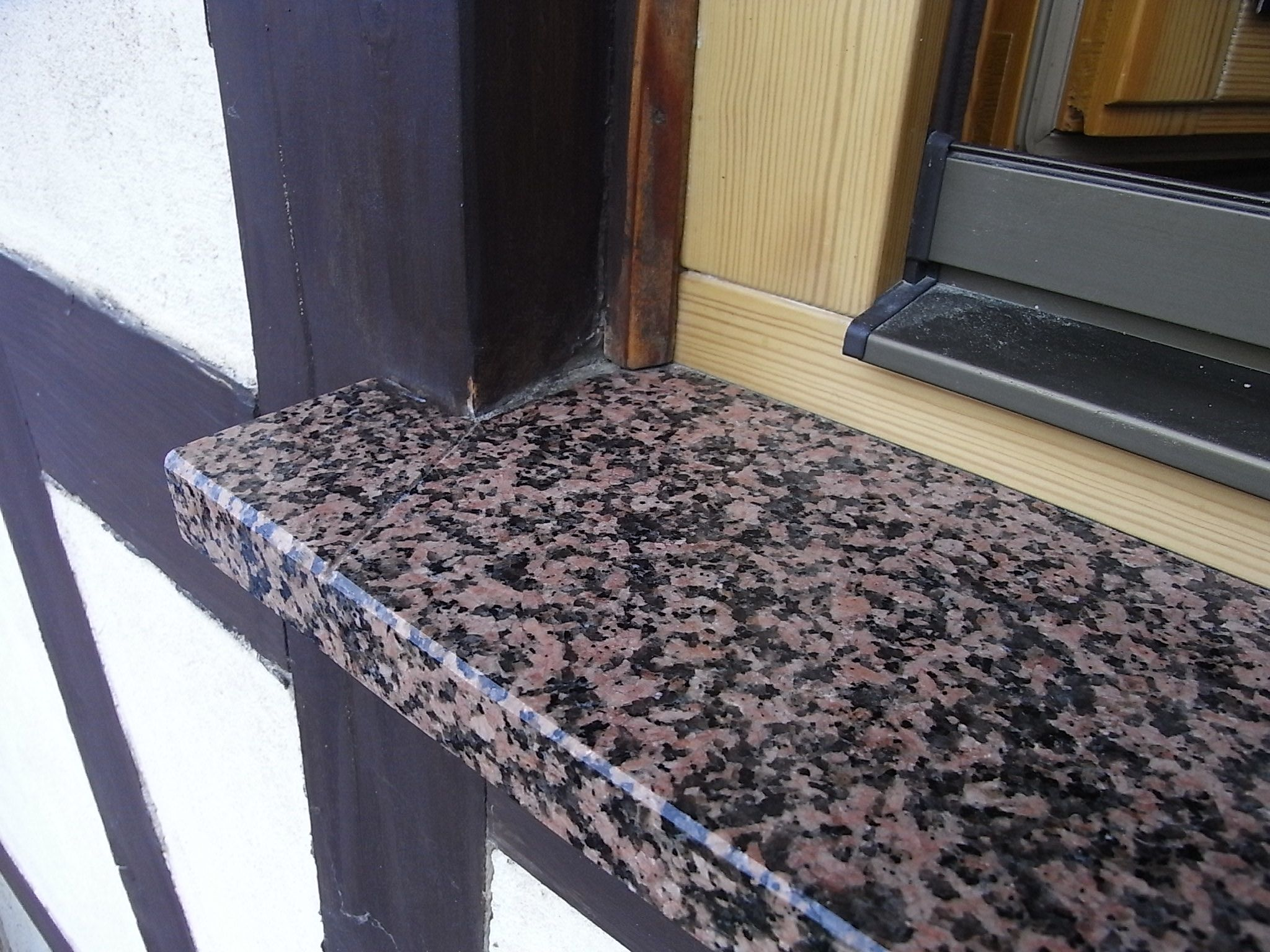 Fensterbank aus Stein im Fachwerk