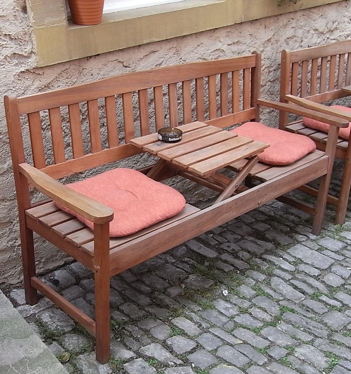 Eine gute Idee aus Holz ist die Bank mit ausklappbarem Tischchen Hier