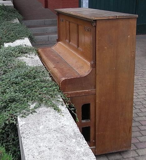 was macht das klavier vor der t r. Black Bedroom Furniture Sets. Home Design Ideas