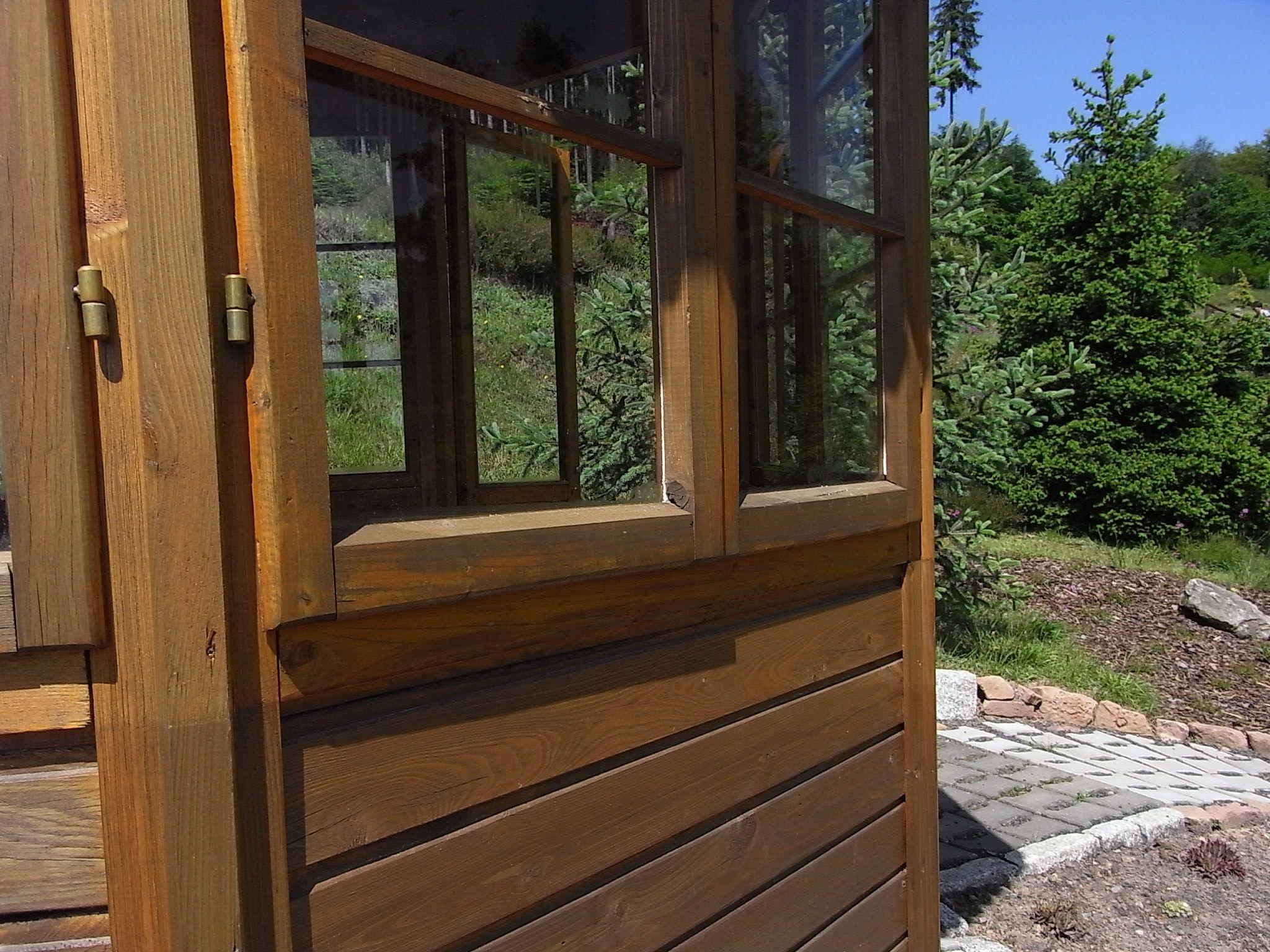 Sichtschutzzaun Holz Montieren ~ Fenster am Holz Pavillon Die Fenster ...