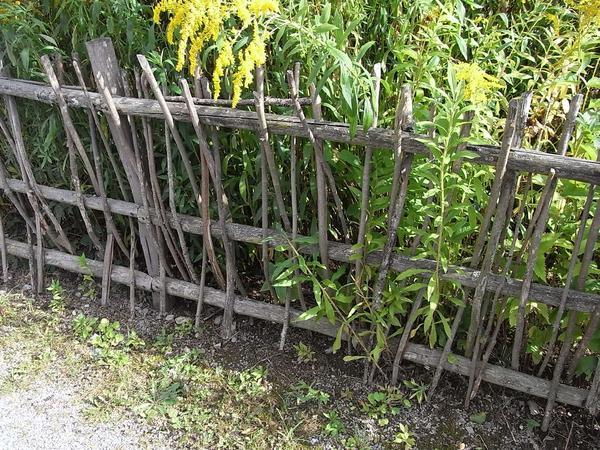 Gartenzaun Alternative Zu Holz ~ Gartenzaun geflochtenWer einen Garten einzäunen will, um ihn vor dem