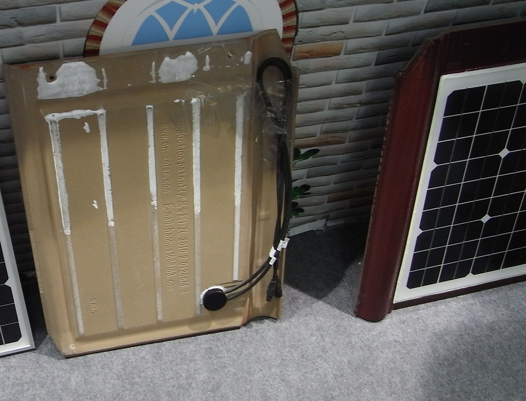 anschluss auf der r ckseite der pv dachziegel. Black Bedroom Furniture Sets. Home Design Ideas