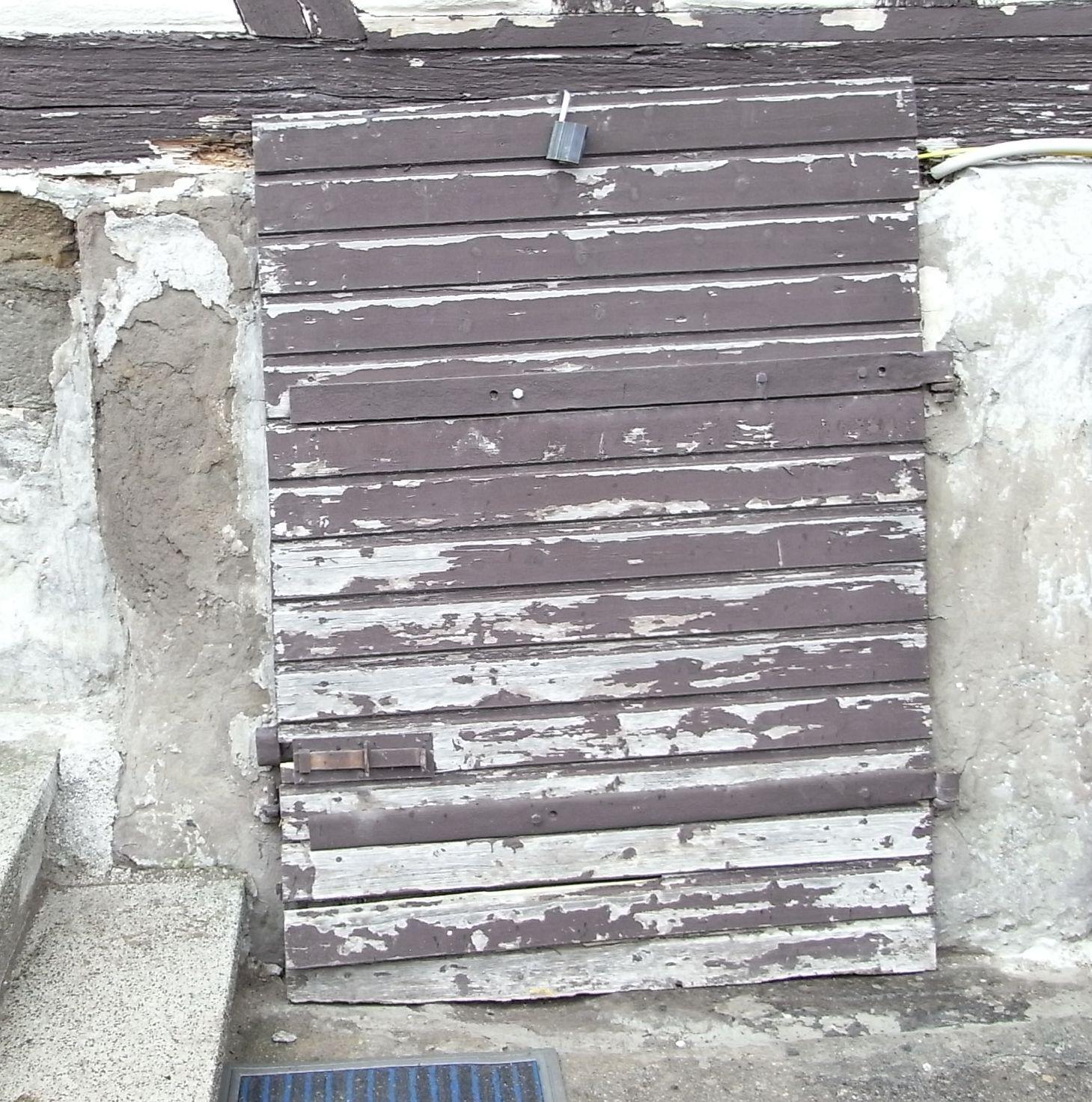 Treppengeländer Holz Restaurieren ~ Kellertür neu gebautDie Tür vom alten Gewölbekeller war schon etwas