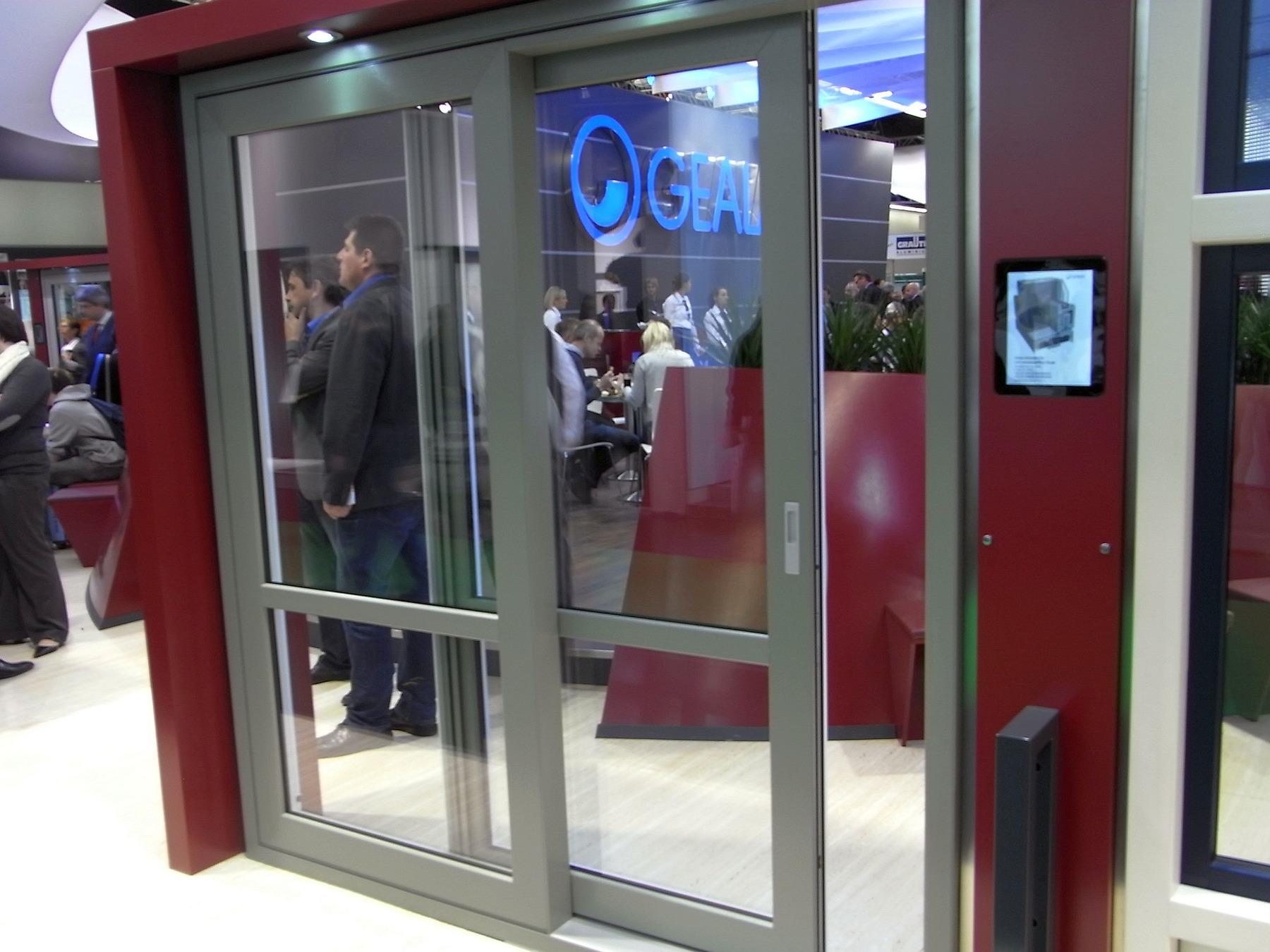 Innovativ Hebe-Schiebe-Tür mit verschweißter Zarge JR46