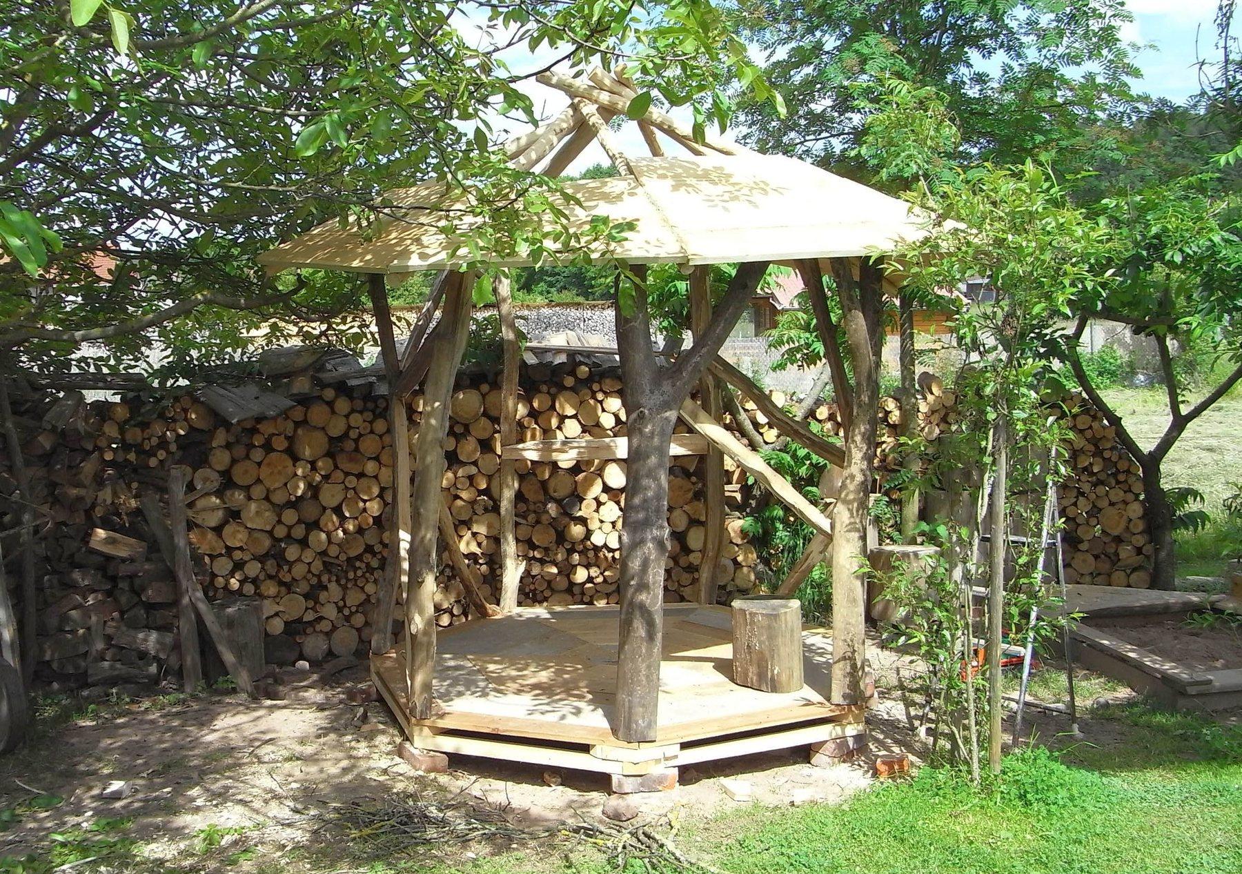 Gartenpavillon Holz Selbstbau ~ Freisitz natürlich gebautIrgendwie spielt das Wetter verrückt Was